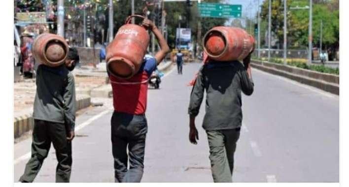 गैस  सिलेंडर हो सकता है 1000 रुपये के पार, तेल के दाम बढ़े; अब रसोई गैस की बारी