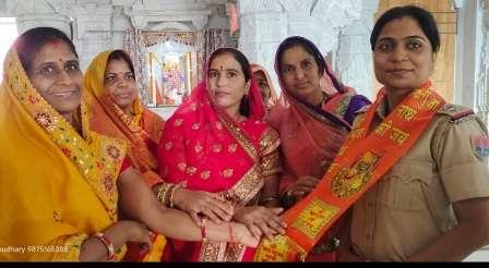 करवा चौथ पर्व पर महिलाओं ने किया थाना अधिकारी राधा का सम्मान