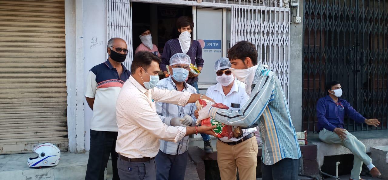Video भीलवाड़ा हलचल ने दानवीरों के सहयोग से वितरित किया 21 सौ किलो आटा, एक हजार किलो चाय व मसाले