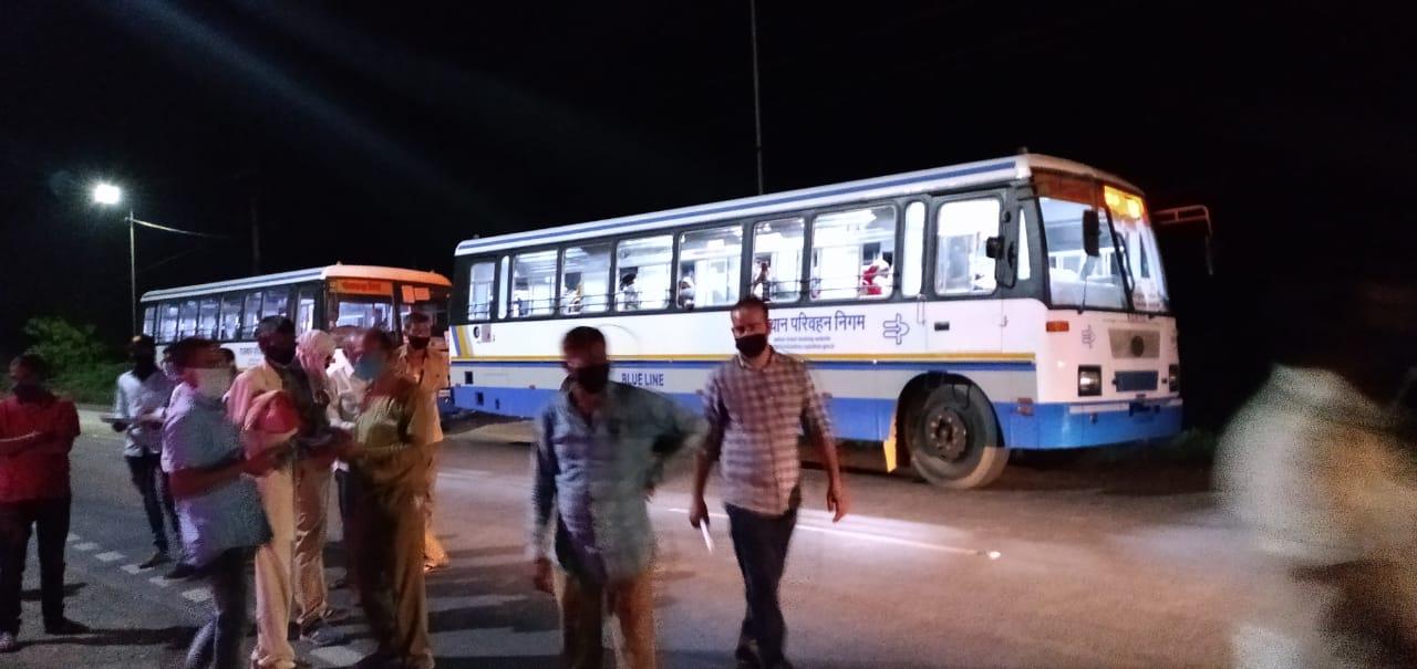 चार बसों में 170 प्रवासियों को घर भेजा