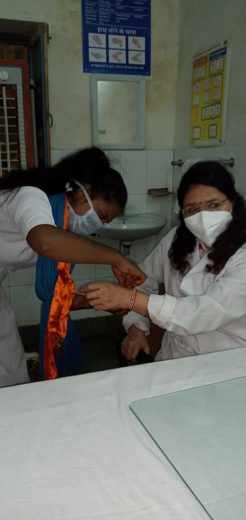चिकित्साकर्मियों को रक्षा सूत्र बांधा