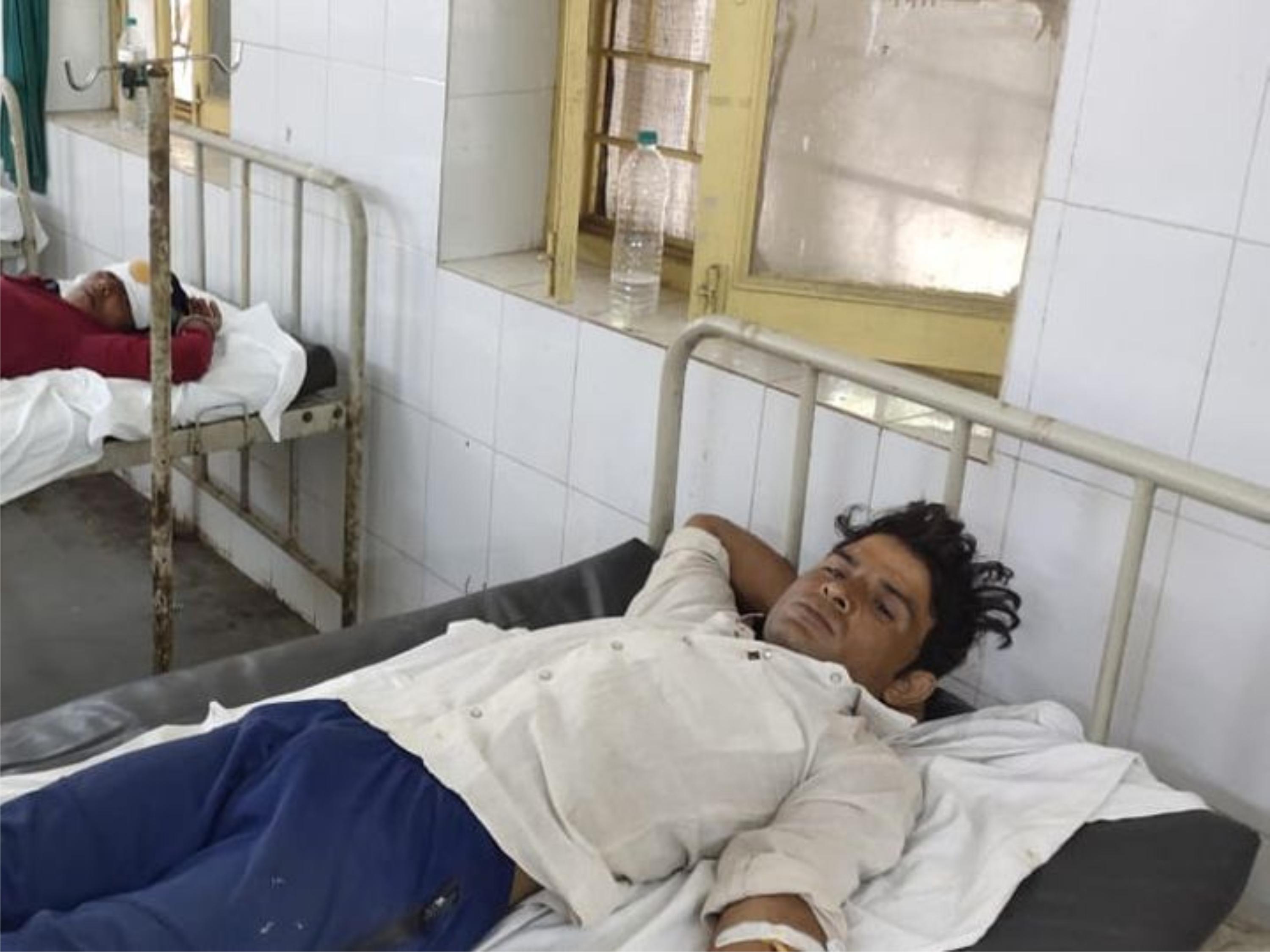 खूनी संघर्ष : दो पक्षों में फायरिंग-पथराव में एक पक्ष के देवर-भाभी हुए घायल, गांव में दहशत का माहौल