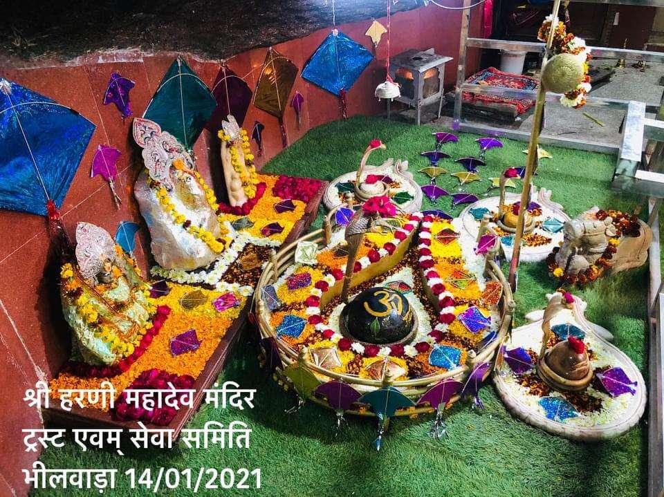 भगवान भोलेनाथ का सतरंगी फूलों और पतंगों से श्रृंगार