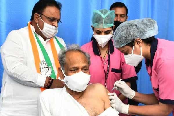 राजस्थान के मुख्यमंत्री गहलोत ने लगवाई कोरोना वैक्सीन