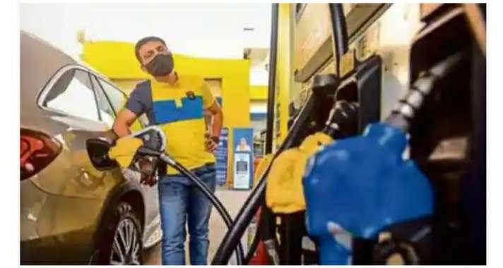 तेल की महंगाई और बढ़ी:  115 रुपये के करीब पहुँचा पेट्रोल