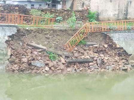 सिंगोली में देव तलाई की दीवार टूटी,दुर्घटना की आशंका